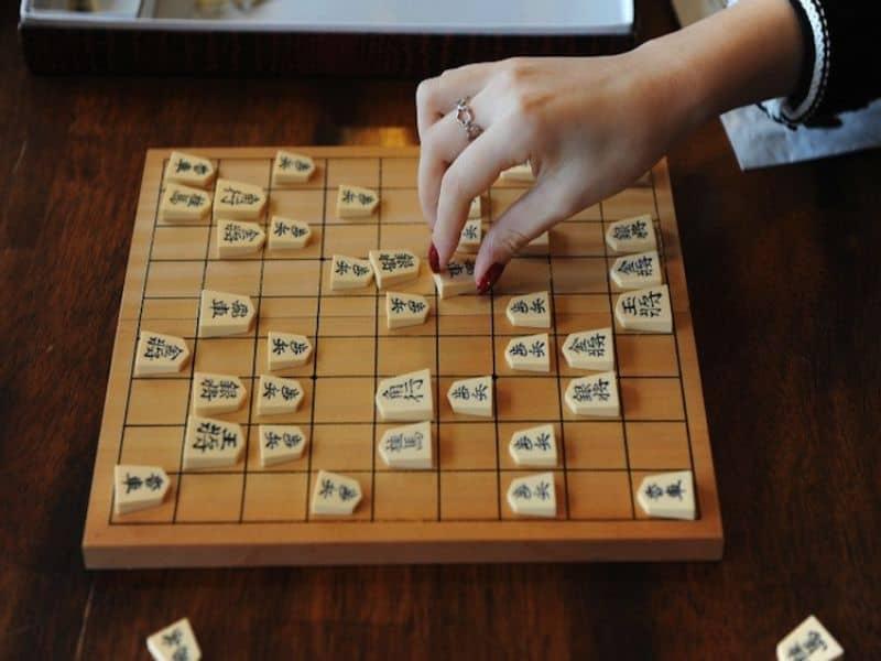 Cờ shogi có luật chơi tương đối giống cờ vua nhưng phức tạp hơn
