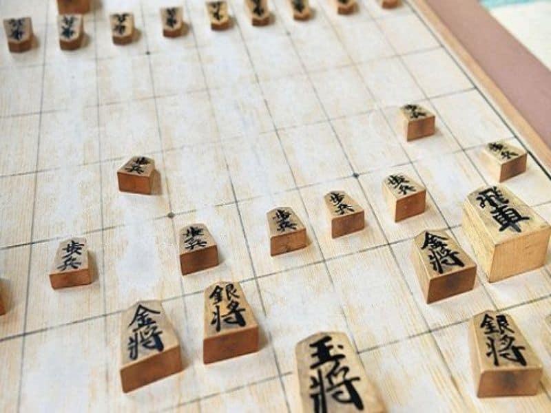 Hai bên đánh cờ theo đúng luật chơi của cờ Shogi