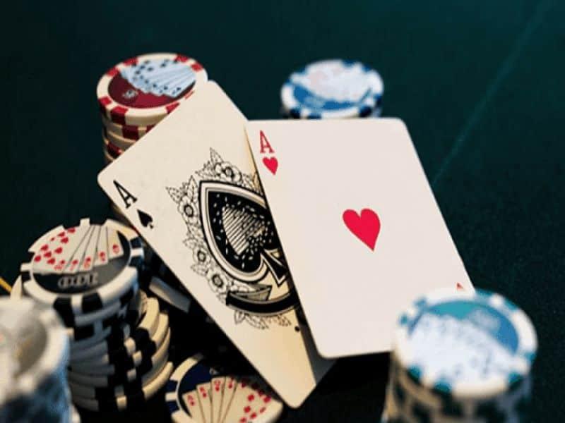 Người chơi có thể chơi Xì Tố qua hành động đặt cược