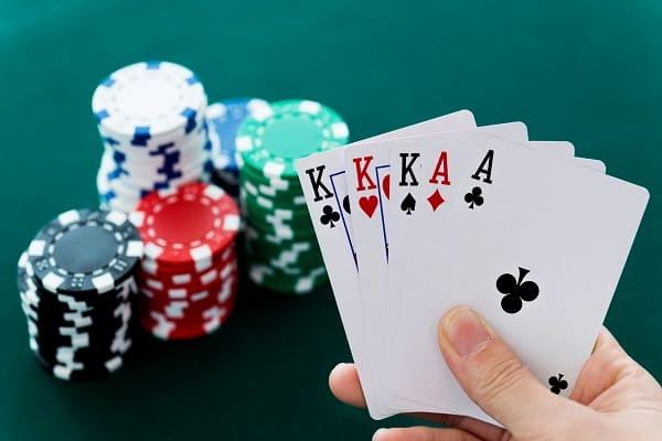 Squeeze Play Poker là gì? Lợi ích của việc Squeeze đúng cách?